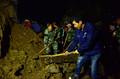 京原铁路塌方掩埋线路约15米 铁路职工连夜抢修