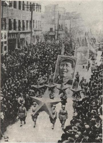解放军进入成都,受到群众的夹道欢迎。