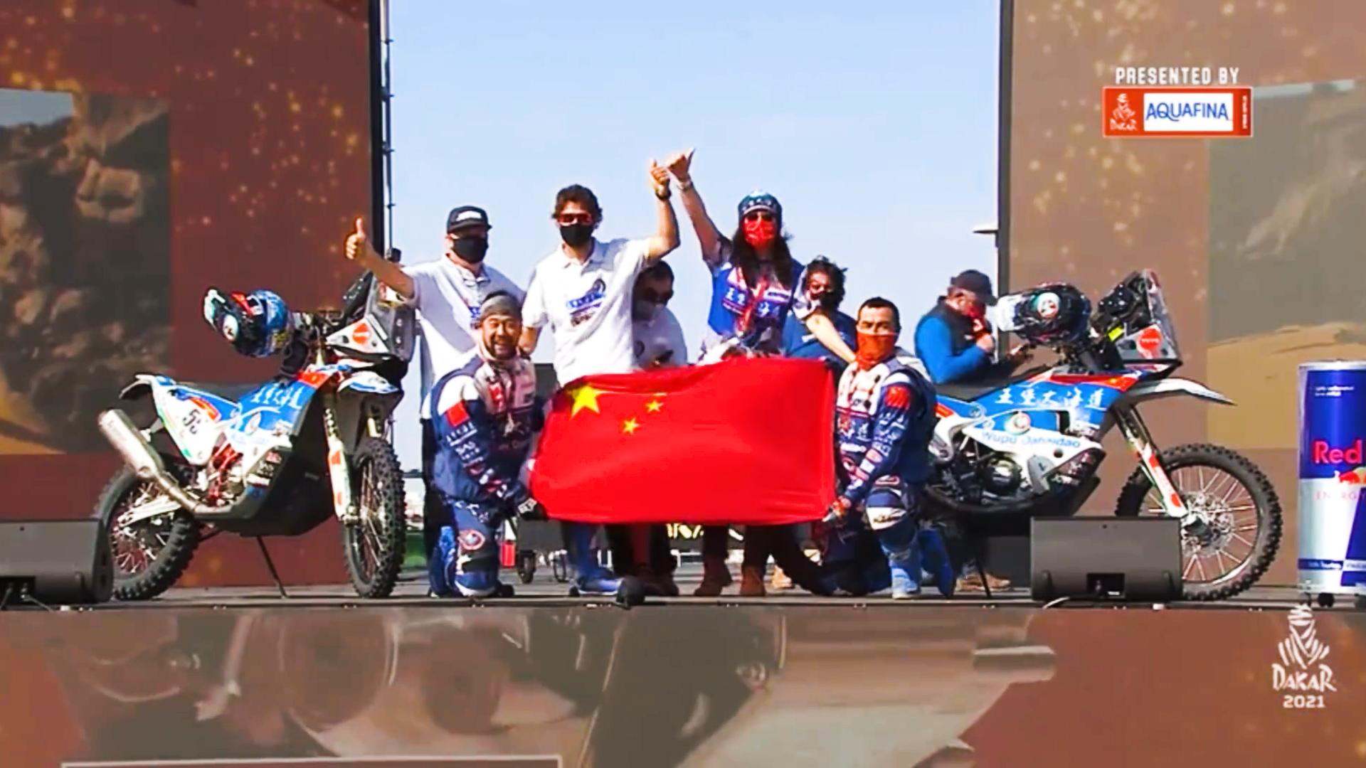 微光丨领奖台上,他高举五星红旗,跳起新疆舞!