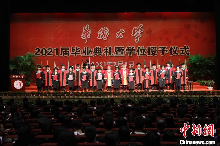 华侨大学6400多名境内外学子毕业