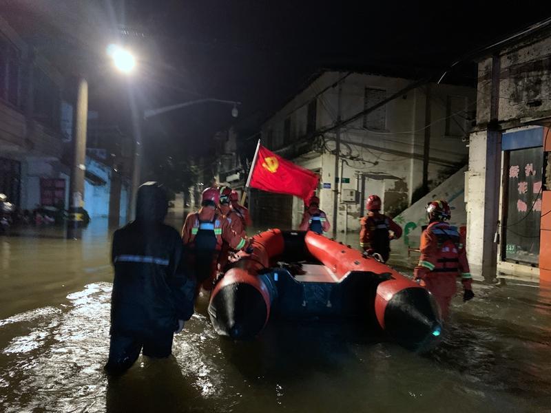 """消防救援队伍全力迎战台风""""烟花"""""""