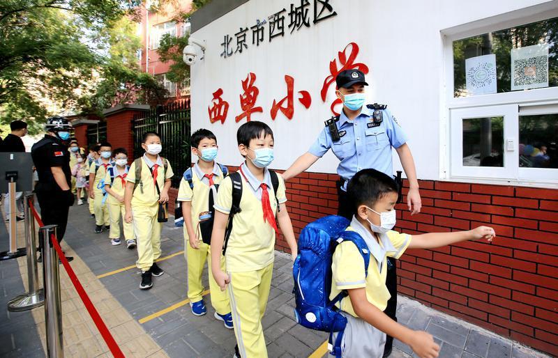 北京警方护航开学季