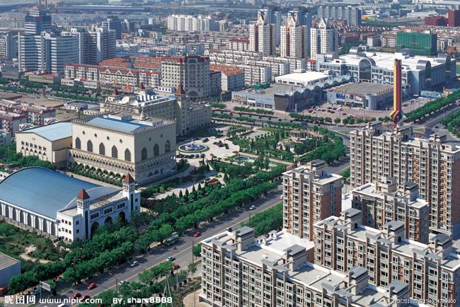 城鎮化已然成為當下中國最受關注的話題。如何積極穩妥推進城鎮化,也成為各地政府和百姓必須共同面對的命題作文。近年來,天津市利用良好的區位優勢,因地制宜,搞好頂層設計和制度安排,以人的城鎮化為核心,經過幾年的探索實踐,走出了一條以宅基地換房示范小城鎮建設為龍頭,農民居住社區、示范工業園區、農業產業園區建設三區聯動的適合城市周邊的城鎮化新路子。   一樣的土地,不一樣的生活這并非商家為推廣樓盤而精心設計的廣告語,而是天津這些年在探索城鎮化道路上給出的答案,也是享受到改革發展成果的天津農民因城鎮化